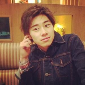 Junki pense qu'en étant un acteur tout est bon à prendre en photo même son grattage d'oreilles
